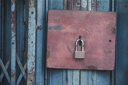 古いロックとビンテージ スタイル、タイのバンコクで古い鋼鉄ドアにさびたパドロック 写真素材