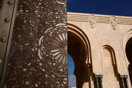 ハッサン 2 世、モスクのアーチ、青い日カサブランカ, モロッコ、アフリカでの大きなゲート チタン ドア