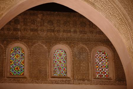 美しいステンド グラス、華麗なモロッコ様式の中世のステンド グラスの窓、カサブランカ、モロッコ、アフリカの彫刻精巧な漆喰で飾られた古いモ 報道画像