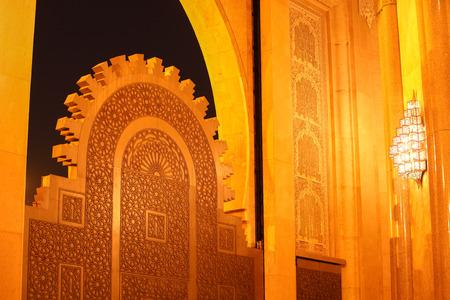 ハッサン 2 世、モスクのアーチ、カサブランカ、モロッコ、アフリカの夜の時間の大きなゲート チタン ドア 報道画像