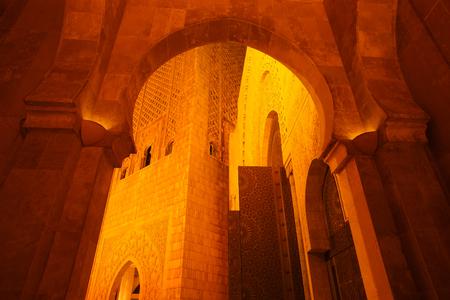 グラフィック国王ハッサン 2 世モスク アーチのカサブランカ、モロッコ、アフリカの夜時間の間にハッサン 2 世モスク
