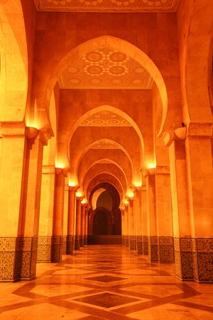 アーチ国王ハッサン 2 世モスク、カサブランカ、モロッコ、アフリカの夜時間の間にハッサン 2 世モスク 報道画像