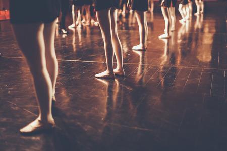 古典舞踊のクラスの若いダンサー バレリーナの足、copyspace スタイルのバレエ、タイ、カラー黒と白 写真素材