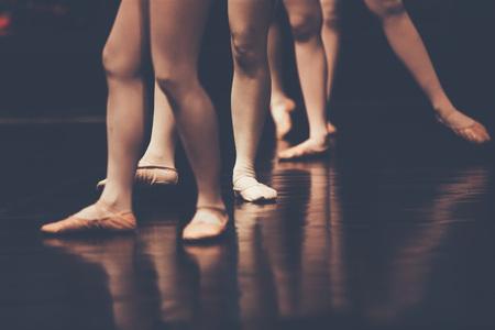 クラスの古典的なダンスの若いダンサー バレリーナの脚バレエ、タイ、copyspace と色ビンテージ スタイル 写真素材