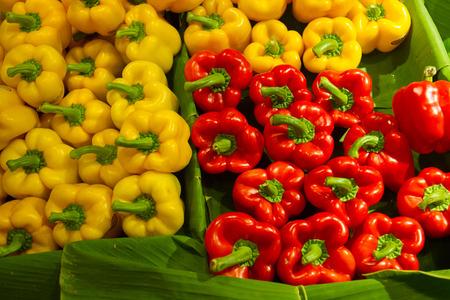 新鮮な市場では、秋野菜でバナナの葉にさまざまな色の盛り合わせピーマン