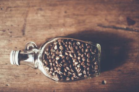 明確なびん、フォーカスのみ対象の中のトップの Vier のコーヒー豆 (ピーベリー) ぼかしの背景、チェンマイ、タイ