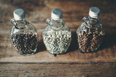 トップ ビューの緑の豆とコーヒー豆のクリアのボトル内部、フォーカスのみ対象ぼかしの背景、テキストのレイアウト、チェンマイ、タイのコピー  写真素材