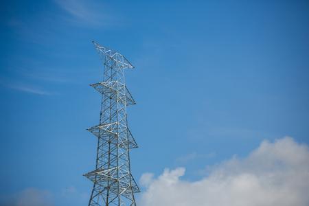 電力線工事高電圧電源ポールの青空の背景があります。