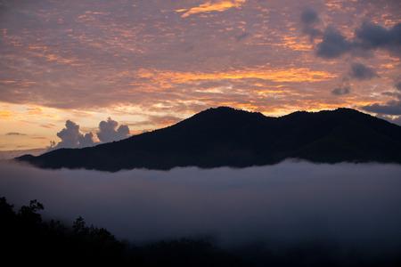 山の範囲で熱帯雨林よりクラウドの日没時間とタイの南部