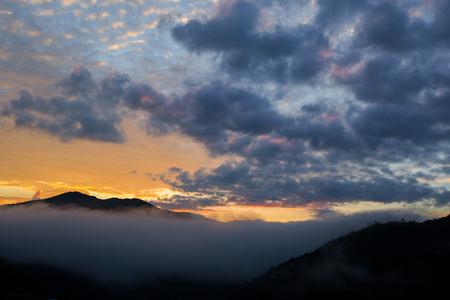 山脈南部の熱帯雨林、クラウドの日没時間がタイのコピー テキストのレイアウトのためのスペース。
