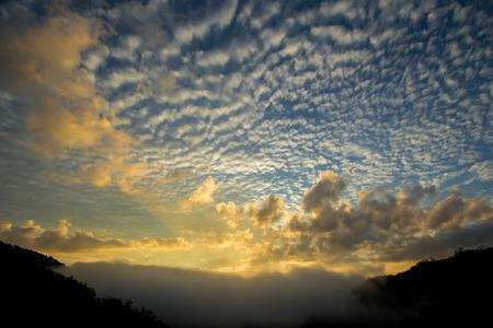 山の範囲で熱帯雨林よりクラウドの日没時間とタイの南部 写真素材 - 86170552