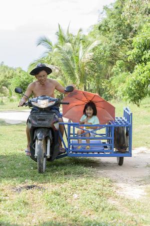 幸せなおじいちゃんと孫娘手作りサイドカー バイク笑顔で