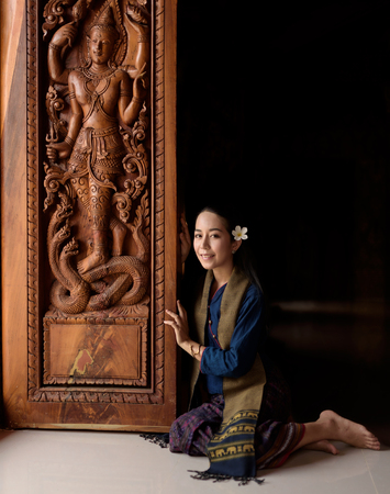 identidad cultural: La mujer asiática con un vestido típico (tradicional) tailandesa sobre fondo negro