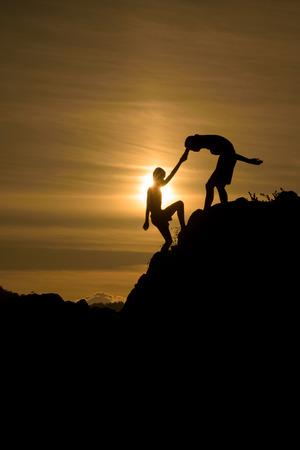 Silueta dvou chlapců pomohla táhnout společně lezení