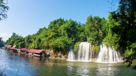 フローティング ホテルとラフト リゾート、Sai Yok 国立公園、カンチャナブリ、タイでクウェー川に直接流れる Sai Yok レク滝