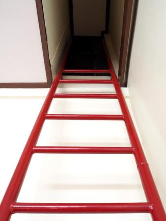 지 하 방에서 빨간색 사다리 문 스톡 콘텐츠