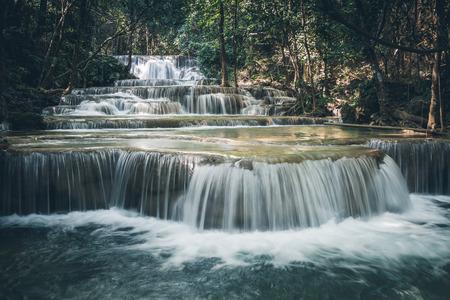 태국 깐짜나부리의 Huay Maekamin 폭포 1단계(동완 또는 허브 정글)를 닫습니다. 저속 셔터를 사용한 장노출 사진 스톡 콘텐츠