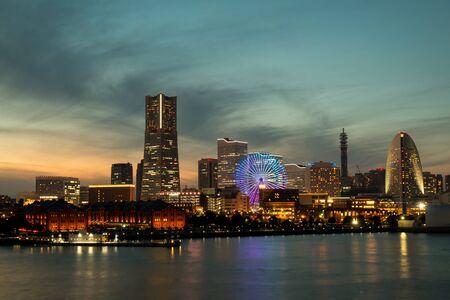 Port miejski w Jokohamie o zachodzie słońca w sezonie zimowym, widok oświetlenia miejskiego z Osan Bashi