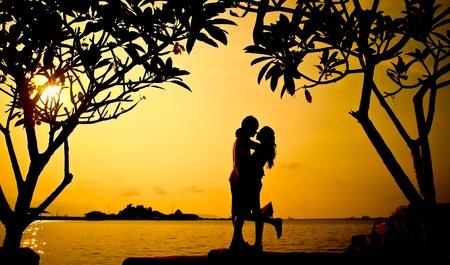 romantico: Silueta rom�ntica de boda par al atardecer