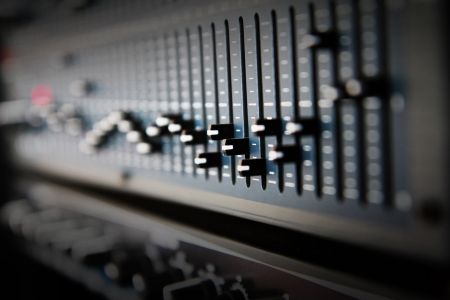 Parte de un mezclador de sonido audio con botones y controles deslizantes