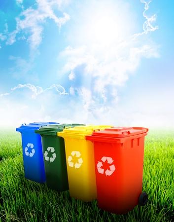 Śmieciarka: Kolorowe recycle ekologia kosze koncepcja w tle krajobrazu. Zdjęcie Seryjne