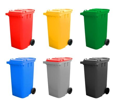 separacion de basura: Coloridos papeleras de reciclaje Aislado sobre fondo blanco.