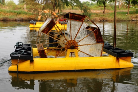 Rueda de metal flotando en el agua del canal