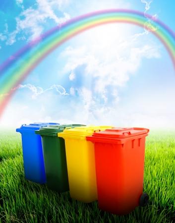 poubelle bleue: Colorful bacs de recyclage avec un fond de paysage