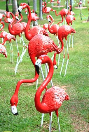 immobile: Red flamencos estatua en el parque