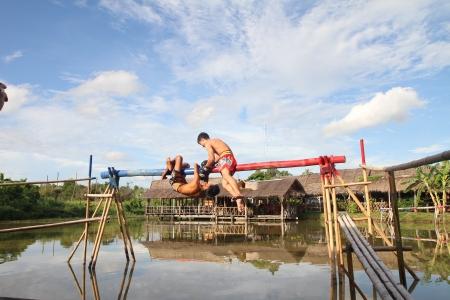PATTATA - Tailandia - 21 de agosto: los hombres no identificados lucha para el oc�ano de boxeo en el mercado flotante de Pattaya el 21 de agosto de 2011. en Pattaya Chonburi, Tailandia. Mar del boxeo es una tradici�n de Tailandia.