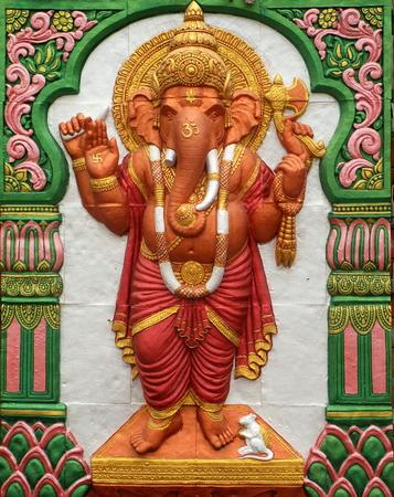 bas relief: Bas-relief ciment style tha�landais artisanat du dieu hindou Ganesh sur le mur, illustration pour d�cor fait de stucs