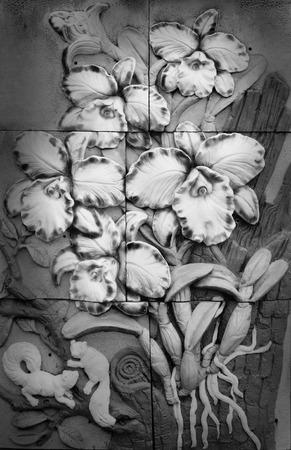 bas relief: Bas-relief ciment Thai artisanat de style d'orchid�e sur le mur