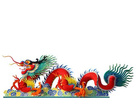 dragones: Rojo chino artes estuco drag�n aislado en el fondo blanco, camino de recortes.