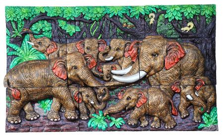 bas relief: Bas-relief ciment Thai artisanat de style de l'�l�phant sur le mur.