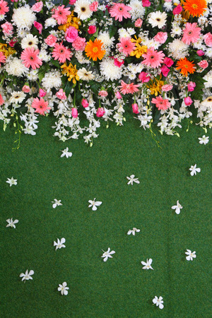 turf flowers: Green backdrop flowers arrangement on turf for wedding ceremony. Stock Photo
