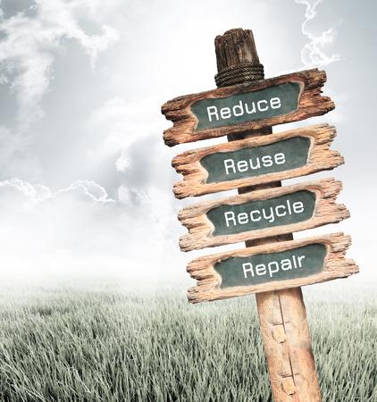 reduce reutiliza recicla: Cartel de madera vintage con Reducir, Reutilizar, Reciclar y redacci�n de reparaci�n en el fondo la naturaleza, el concepto de ecolog�a. Foto de archivo