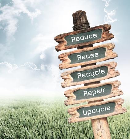 reduce reutiliza recicla: Cartel de madera vintage con Reducir, Reutilizar, Reciclar, Reparaci�n y redacci�n Upcycle sobre la naturaleza de fondo, el concepto de ecolog�a.