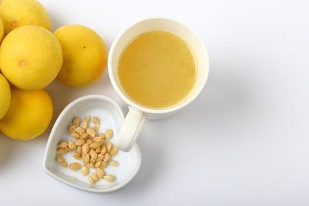 흰색 배경에 고립 된 레몬 주스의 상위 뷰.
