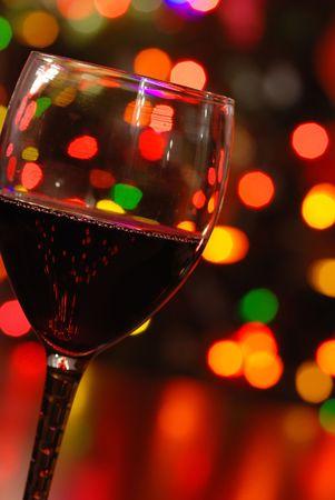 wijnglas en kerstverlichting
