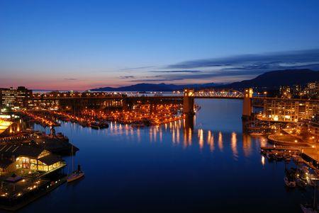 バンクーバーの歴史的なバラード橋の夜 写真素材