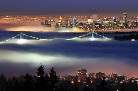 ダウンタウン サイプレス ・ マウンテンから見た夜の霧を持つバンクーバー 写真素材