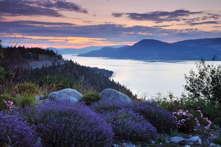Lago Okanagan nella mattinata nuvoloso
