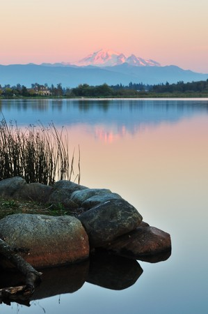 Wijzer lake en Mount Baker in de staat Washington