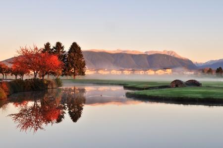 ストーン クリーク ゴルフ コースと秋の色の橋します。 写真素材