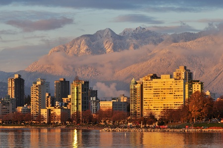 vancouver cityscape with grouse mountain in background  스톡 콘텐츠