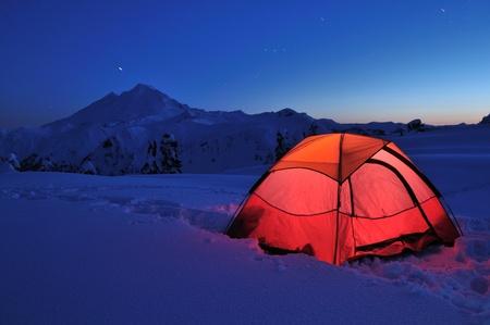 テントとマウントベーカー日没時、Huntoon ポイントでのキャンプ 写真素材