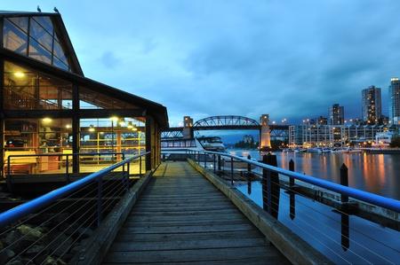 グランビル ・ アイランドの夜のシーン、バンクーバー、ブリティッシュ コロンビア州 写真素材