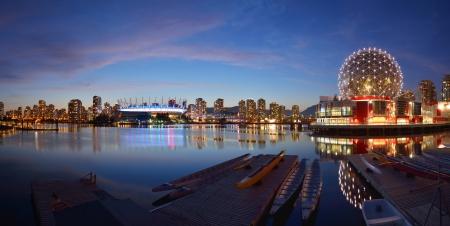 バンクーバーの科学の世界と夜の BC スタジアム