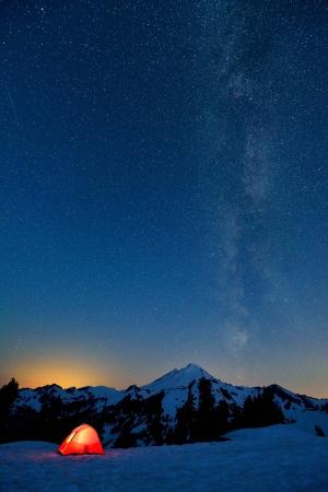 milky way: Melkweg en Mount Baker, rode tent op de voorgrond