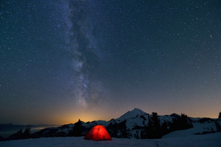 Milky Way and Mount Baker, red tent in foreground Stockfoto